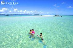 干潮時に真っ白な姿を現す砂浜… 『浜島』  自然が創り出す美しい景色が広がっています。  はいむるぶしでは、幻の島ツアーにてご案内しています。
