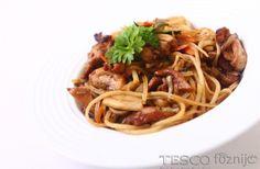 A spagettit sós, forró vízben főzzük ki. A szójaszószt keverjük ki, a reszelt fokhagymával. A csirkecombot vágjuk csíkokra, sózzuk, borsozzuk, és öntsük nyakon a szójaszósszal. Aprítsuk...