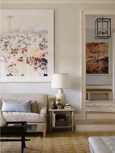 Sala com quadros grandes