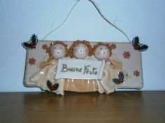 """Targhetta natalizia con angioletti cantori realizzata in pasta gabrylea. Creazione di Paola di """"Frugando in soffitta""""."""