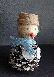 Felt Pine Cone Snowman Ornament | Who doesn't love snowman crafts? This DIY ornament uses a pine cone!