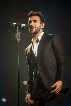 Marco Mengoni inarrestabile: «Voglio fare un po' di tutto»  Il cantante rivela i suoi piani estivi [ 04.07.2016 ]