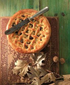 Με την ίδια ζύμη που φτιάχνoυμε και την πάστα φλώρα φτιάξαμε κι αυτήν τη μηλόπιτα. Μόνο που αντί για μαρμελάδα τη γεμίσαμε με κυβάκια από μήλα που σοτάραμε και ανακατέψαμε με μπαχαρικά και σταφίδες. Candy Recipes, Baby Food Recipes, Dessert Recipes, Cooking Recipes, Apple Desserts, Apple Recipes, Apple Cakes, Apple Crisp Cheesecake, Greek Recipes