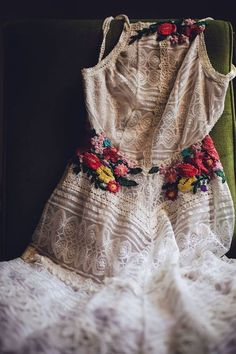 Free People Apron Lace Maxi lined with embroidered flower decals. Customised - People Photos - Ideas of People Photos - Free People Apron Lace Maxi lined with embroidered flower decals. Boho Style Dresses, Trendy Dresses, Boho Dress, Mexican Fashion, Mexican Dresses, Mexican Wedding Dresses, Vintage Mexican Wedding, Bohemian Mode, Bohemian Style