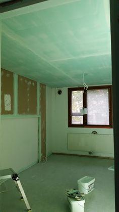 Isomman makuuhuoneen katon ylitasoitus kuivumassa.