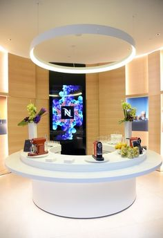 Nespresso recently opened their first ever flagship store here in Los Angeles, a boutique on Beverly Drive. Kiosk Design, Store Design, Retail Boutique, A Boutique, Beverly Hills Restaurants, Coffee Server, Cafe Seating, Modern Cafe, Reception Desks