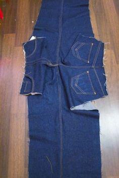 Die Vorder- und Rückseite der Jeans werden mit einer doppelten Kappnaht verbunden.