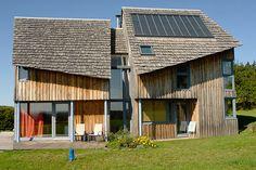 Une habitation solaire à ossature b - Atelier d'Architecture Simon Teyssou, Le Rouget (Cantal).  Photos : Normand Achimois