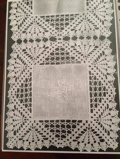 If you looking for a great border for either your crochet or knitting project, check this interesting pattern out. When you see the tutorial you will see that you will use both the knitting needle and crochet hook to work on the the wavy border. Diy Crafts Knitting, Diy Crafts Crochet, Easy Crochet Projects, Crochet Home, Crochet Cushion Cover, Crochet Cushions, Crochet Tablecloth, Crochet Boarders, Crochet Squares