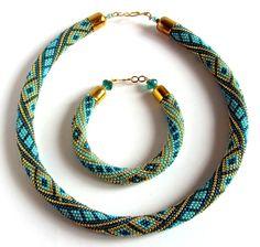 Бирюзовое Танго | biser.info - всё о бисере и бисерном творчестве Bead Crochet Patterns, Bead Crochet Rope, Crochet Bracelet, Crochet Designs, Rope Jewelry, Jewelry Art, Beaded Jewelry, Jewellery, Seed Bead Necklace