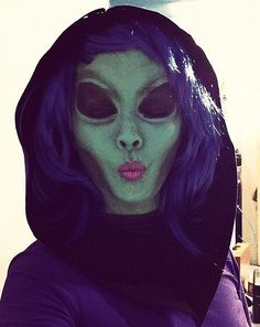 Lots of inspiration, diy & makeup tutorials and all accessories you need to create your own DIY Alien Costume for Halloween. Alien Halloween Costume, Halloween Looks, Holidays Halloween, Diy Halloween, Alien Costumes, Medusa Halloween, Alien Cosplay, Space Costumes, Diy Costumes