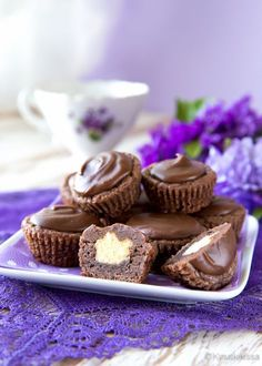 Suklaasuukkoset Nämä pienet namupalat sopivat osaksi isompaa juhlakattausta, jossa on monenlaista sorttia tarjolla ja annoskoko saa olla pieni. Minikakkuset on täytetty pehmeällä vaniljakreemillä, joka on pursotettu suklaataikinasta tehdyn kupin sisään. Maun kruunaa maitosuklaakuorrute. Suukkoset voi valmistaa jääkaappiin odottamaan tarjoiluhetkeä jo edellisenä päivänä. Xmas Desserts, Vegan Desserts, Delicious Desserts, Yummy Food, Sweet Pastries, Homemade Candies, Recipes From Heaven, Sweet And Salty, Chocolate Recipes