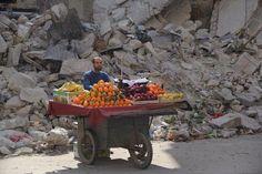 """""""Todos os dias o sol nasce e nós devemos viver. Custe o que custar"""". Vendedor de frutas na Síria."""