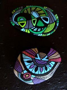 114, Duo galets peints à l'acrylique dans les tons rose,mauve, vert, gris, noir et bleu : Peintures par vague-a-l-art