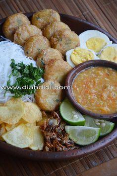 Diah Didi's Kitchen: soto banjar from banjarmasin Asian Recipes, Beef Recipes, Cooking Recipes, Indonesian Cuisine, Indonesian Recipes, Campbells Soup Recipes, Diah Didi Kitchen, Malay Food, Malaysian Food