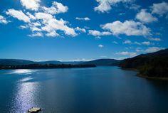 """El lago Lanalhue, (en mapudungun: lanallwe, """"lugar de almas en pena""""), es un lago de Chile, ubicado entre las ciudades de Cañete y Contulmo, en la Provincia de Arauco, en la región del Biobío. Es conocido por sus tibias aguas y por la presencia de cisnes de cuello negro.  #ChileLindo"""