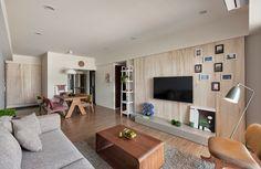 Очень нравится стена у телевизора. Мы бы добавили полок пару плоских. Да и в целом симпатично.