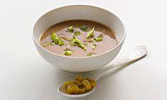 Sopa de castanhas é uma receita original na qual pode aproveitar as castanhas que tem congeladas e sentir-se sempre no Outono.