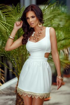 White dress with gold trimmings R Sexy Dresses, Cute Dresses, Beautiful Dresses, Short Dresses, Classy Women, Sexy Women, Atmosphere Fashion, Dress Images, Elegant Woman