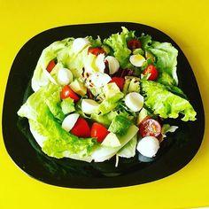 Salada com mussarela de bufala tomate cenoura e avocado. Azeite e um fio de vinagre balsamico. by saudavelcomequilibrio http://ift.tt/1UaQBOY