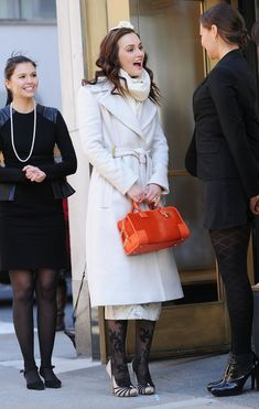 Pin for Later: What Would Blair Waldorf Do? 37 Style Tips From Queen B It's Possible to Pair Black and Orange Without Looking Like a Pumpkin Break up the holiday hues with neutral colors. Gossip Girl Blair, Moda Gossip Girl, Blair Waldorf Estilo, Blair Waldorf Outfits, Gossip Girl Outfits, Gossip Girl Fashion, Jacqueline Kennedy Onassis, Preppy Girl, Preppy Style