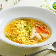"""Was die Nudelsuppe so """"gescheit"""" macht, ist die selbst gemachte Brühe. Ein Teil der Brühe kommt in die Suppe, einen Teil können Sie für etwas anderes..."""