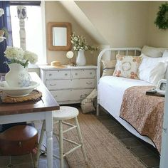 25 Cozy Bedroom Decor Ideas that Add Style & Flair to Your Home - The Trending House Cottage Shabby Chic, Shabby Chic Homes, Cottage Style, Cozy Bedroom, Bedroom Decor, Shabby Bedroom, Trendy Bedroom, Kids Bedroom, Bedroom Ideas