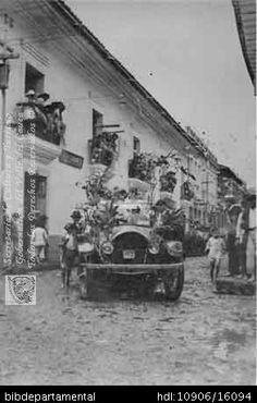 Biblioteca Departamental Jorge Garcés Borrero y CARLOS GUEVARA MARTINEZ. Carroza durante los carnavales de 1923, cuando pasaba frente a los balcones de la casa de don Ismael Hormaza. OTRO, Cali 1923
