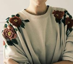 Embroidered floral shoulders of jumper... Ylime xxx
