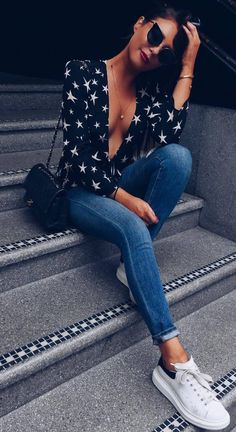 what to wear with a pair of skinny jeans : bag sneakers printed blouse