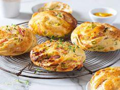 Hjemmebakte ost- og skinkesnurrer Baked Potato, Baked Goods, Muffin, Food And Drink, Pizza, Lunch, Homemade, Baking, Breakfast