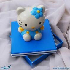 Hello Kity Kumbaralı Tasarım Kutu Kutu özellikleri: 14x14x3,5cm dokulu kağıt sıvama kutu Biblo özellikleri: 9x11cm porselen kumbara Satın almak için www.atolyemira.com sayfasını ziyaret edebilirsiniz.