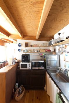 無駄なくすっきりと片付けられたキッチン。キャビネットが仕切りとしても活用されている。