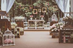 Quando recebemos as fotos desse casamento ficamos encantadas com tantos detalhes e com tanta delicadeza. O sonho da noivinha Vivi era se casar de dia. Ela já amava casamentos antes mesmo de se torn...