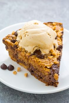 This Toffee Chocolate Chip Cookie Pie is thick chewy and just begging to be served with a scoop of ice cream! This Toffee Chocolate Chip Cookie Pie is thick chewy and just begging to be served with a scoop of ice cream! Chocolate Chip Cookie Pie, Chocolate Toffee, Chocolate Desserts, Biscuits Au Caramel, Pie Recipes, Dessert Recipes, Candy Recipes, Delicious Recipes, Sweet Recipes