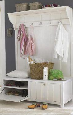 Die Garderobe aus weiß lasiertem oder unbehandeltem Erlenholz fühlt sich im Hamburger Altbauflur genauso wohl wie im Ferienhaus auf Sylt. Sie ist ab ca. 499...