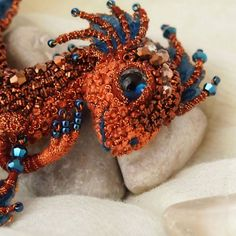 With pearls and silk thread, this Russian artist creates splendid brooches in the shape of dragons ... Of unbeatable finesse and beauty!