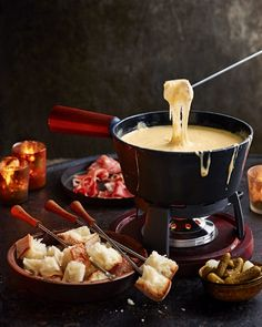 We've tried and tested numerous recipes in search of the ultimate swiss cheese fondue – and we think we've finally cracked it. Swiss Cheese Fondue, Best Cheese Fondue, Dips Für Fondue, Fondue Recipes, Fondue Party, Uk Recipes, Pizza Raclette, Fromage Emmental, Melting Pot Recipes