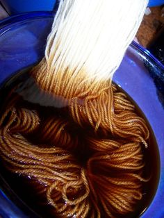 How to Dye Wool Yarn with Coffee, Tea ( for Amigurumi doll skin) ~ Tutorial (wool yarn crafts) Fabric Yarn, How To Dye Fabric, Wool Yarn, Shibori, Natural Dye Fabric, Natural Dyeing, Spinning Wool, Hand Spinning, Le Far West