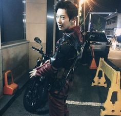 Chanyeol running around as Deadpool is soooo much more than awesome. Because Deapool is awesome. And Chanyeol. Exo Halloween, Halloween Photos, Deadpool Halloween, Deadpool Cosplay, Halloween 2016, Exo Chanyeol, Kyungsoo, Exo Ot12, Shinee