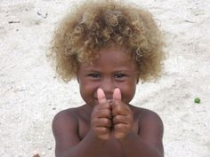 Residents of the Solomon Islands in the Pacific have some of the darkest skin seen outside of Africa. They also have the highest occurrence of blond hair seen in any population outside of Europe. Now, researchers have found the single gene that. Melanesian People, Color Del Pelo, African Children, Child Smile, Black And Blonde, Natural Blondes, Solomon Islands, Beautiful Children, Beautiful People