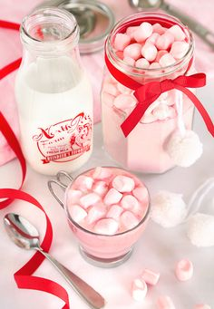Instant Strawberry Hot Cocoa Mix - Food and drink stuff - White Chocolate Hot Chocolate Gifts, Homemade Hot Chocolate, Hot Chocolate Bars, Hot Chocolate Mix, Hot Chocolate Recipes, White Chocolate, Chocolate Treats, Vegan Chocolate, Hot Cocoa Bar
