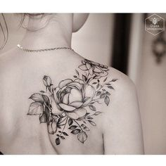 Tattoos and body art: Black and White Rose Tattoo on Back Shoulder. Cool Shoulder Tattoos, Back Of Shoulder Tattoo, Shoulder Tattoos For Women, Shoulder Henna, Floral Shoulder Tattoos, Flower Tattoo Shoulder, Black And White Rose Tattoo, White Rose Tattoos, Tattoo Black