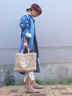 通勤コーデ 白パンにデニムロングコート合わせが 大好きです♡ ワッフル地のパンツは スリットが入っ