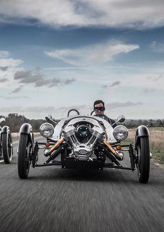 """Morgan Three Wheeler //  Zunächst wurden dreirädrige Fahrzeuge gebaut, mit Motor und zwei gelenkten Rädern vorne und einem angetriebenen Hinterrad. Das Gewicht des ersten Threewheelers war mit 178 kg angegeben.[4] Im Laufe der Jahre wurden eine große Zahl von Varianten gebaut: """"Einfache"""" Zweisitzer, auch Viersitzer und Lieferwagen mit Kastenaufbau"""