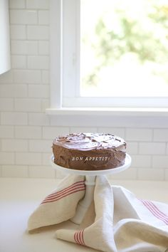 This amazingly simple cake would be great for a vintage style #wedding! From http://ohhappyday.com/2012/08/styled-eats-how-to-perfectly-frost-a-messy-cake/  Photo Credit: http://ohhappyday.com