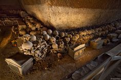 Il Cimitero delle Fontanelle: storia, misteri e curiosità di uno dei luoghi più straordinari di Napoli.