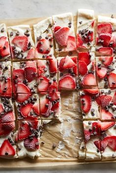 Strawberry-Chocolate Greek Yogurt Bark Lightly sweetened Greek yogurt gets studded with fresh strawberries and chocolate chips then frozen so you can break it into chunks just like chocolate bark (but healthier). This colorful snack, or healthy dessert is Greek Yogurt Bark Recipe, Chocolate Greek Yogurt, Chocolate Bark, Chocolate Chips, Strawberry Yogurt Bark Recipe, Greek Yogurt Dessert, Desserts With Greek Yogurt, Recipes With Yogurt, Desserts Sains