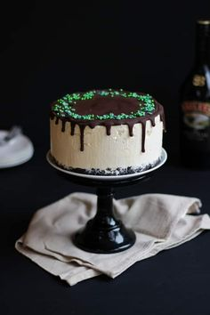 This No Bake Baileys Cheesecake recipe is the perfect pudding or delicious. This easy make combines the Irish cream liqueur with a chocolate topping. Cheesecake Recipes, Chocolate Topping, Chocolate Icing, Easy Desserts, Delicious Desserts, Dessert Recipes, Yummy Food, Biscuits, Sweets