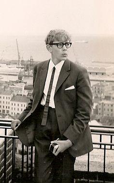 Jag själv i Helsingborg 1965. Notera nylonskjortan, Kodak Instamatic och en  läderslips. Den senare hade jag på mig igår också.